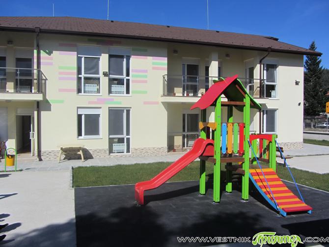 """От 27 ноември в Центъра за настаняване от семеен тип /в двора на бившето училище """"Никола Драмалиев""""/ вече са настанени 12 деца и младежи на възраст от 10 до 17 […]"""