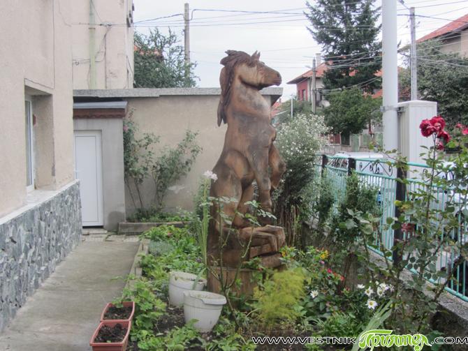 С Крум Велев се запознах първо задочно, покрай новия самоковски параклис в местността Бързанското и дървените скулптури около този малък храм – творение на нашия съгражданин. По-късно се срещнахме. Тук […]