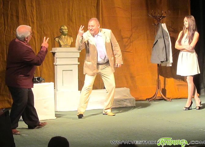 """В читалище-паметник """"Отец Паисий"""" снощи – понеделник, 20 октомври, тържествено бе открит Третият национален фестивал на любителските театри """"Театър без граници"""". """"Изключително съм впечатлена от мотото на фестивала, защото театърът […]"""