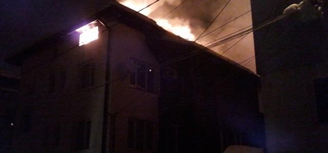 """Истински огнен ужас се разигра през нощта срещу понеделник на ул. """"Булаир"""". Пожар, тръгнал най-вероятно от не добре загасено барбекю, погълна около 300 кв. м разгърната площ от къща, която […]"""