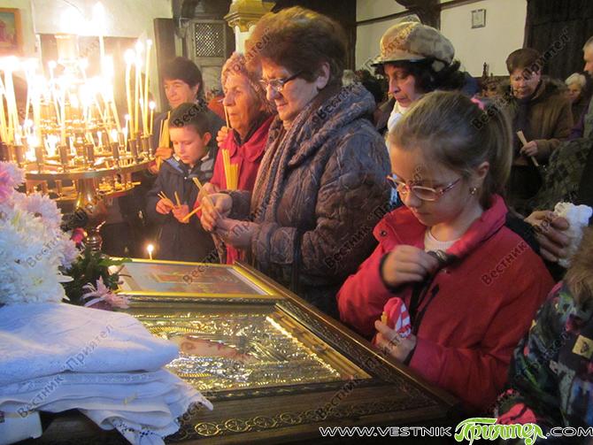 """Храмовият празник на Долномахаленската черква """"Въведение Богородично"""" – 21 ноември – Ден на християнското семейство и християнската младеж, бе почетен от стотици богомолци – възрастни и деца. Честването започна от […]"""