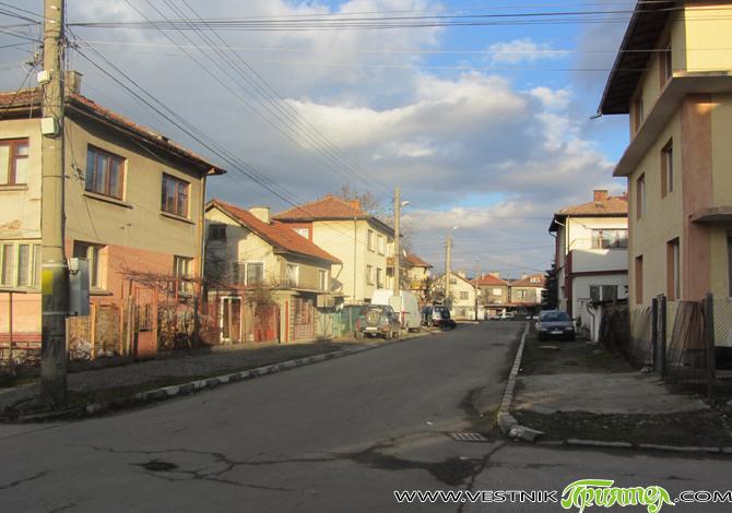 Нашата улица е къса – 400-500 м, с хубави за времето си къщи с малки дворове, с цветя и кучета. Улица от някогашен работнически квартал. Къщи, които сега са с […]
