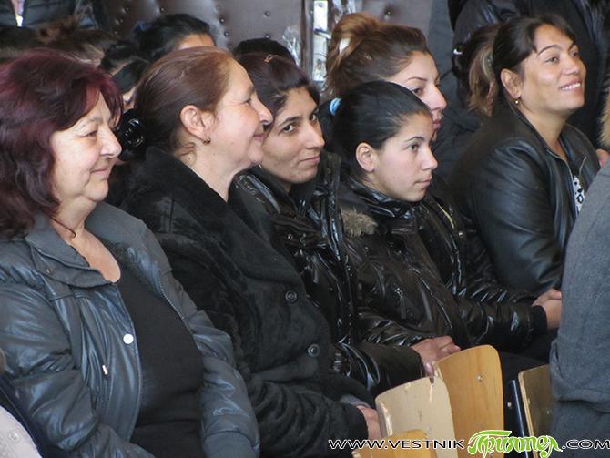"""Удостоверенията на успешно завършилите обучението си по проект """"Нов шанс за успех"""" в СОУ """"Отец Паисий"""" 145 роми бяха връчени тържествено в петък, 19 януари, в училището. На церемонията стана […]"""