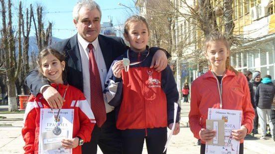 """Общо 12 състезатели на клуб """"Рилски атлет"""" участваха в 13-ия шосеен лекоатлетически пробег в Мездра. Изабел Крамарска оглави подреждането в бягането на 500 м при момичетата, родени през 2004-2005 г. […]"""