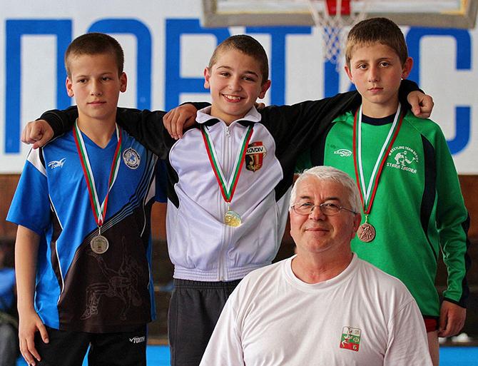 """Успешен се оказа за самоковската борба държавният лично-отборен шампионат за деца, състоял се в залата на СУ """"Никола Велчев"""" в града ни. Нашите състезатели спечелиха половин дузина отличия – две […]"""