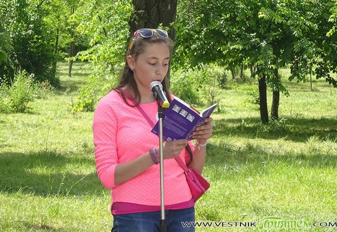 """И Самоков се включи в своеобразния маратон на четенето под надслов """"Чети с мен"""" – инициатива на президента Росен Плевнелиев. В съботния слънчев ден на 6 юни Туристическата градина посрещна […]"""