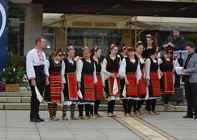 """Следващата неделя – на 7 юни, на централния площад """"Захарий Зограф"""" ще има своеобразен празник на народните хора. От 10 ч. със свои изпълнения ще се изявят детски танцови състави […]"""