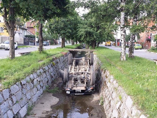 """Лек автомобил БМВ е катастрофирал през нощта на 30 май на бул. """"България"""". Вследствие на движение с несъобразена с пътните условия скорост колата се преобърнала на пътното платно. Проверката с […]"""