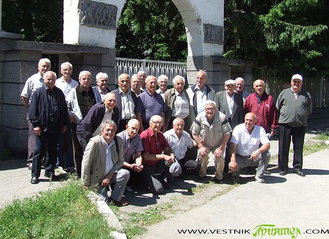 """Задушевна среща си направиха част от наборите 1943, 1944, 1945 г., служили в самоковското """"долно"""" поделение – 40 750. Навръх 2 юни побелелите вече мъже почетоха под воя на сирените […]"""