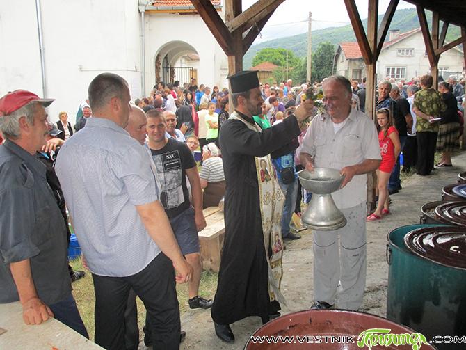 """Рано сутринта в двора на храма """"Св. Петър и Павел"""" в Доспей бе оживено. Десетина мъже и жени от селото подготвяха продуктите, казаните и огъня за курбана, който трябваше да […]"""