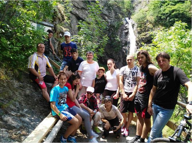 """В традиционния колопоход, организиран от читалище """"Младост"""" до водопада Горица над сапаревобанското село Овчарци в неделя, на 5 юли, се включиха общо 17 велосипедисти. При слънчево време и придружавана от […]"""