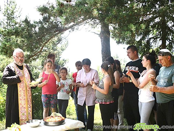 """Във вторник, на 21 юли, един ден след Илинден, се състоя традиционният курбан на параклиса """"Св. пророк Илия"""", намиращ се на върха на Дебели рид в Лакатишка Рила, над Говедарци. […]"""