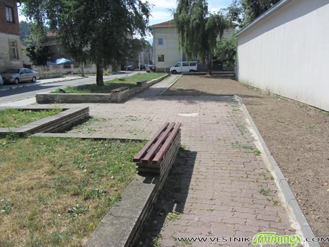 Обновена е градинката зад Пожарната. Бившият детски кът там е премахнат поради повишени изисквания за безопасност на подрастващите. Оформена е алея, монтирани са пейки, а околните площи са озеленени. Ремонтът […]