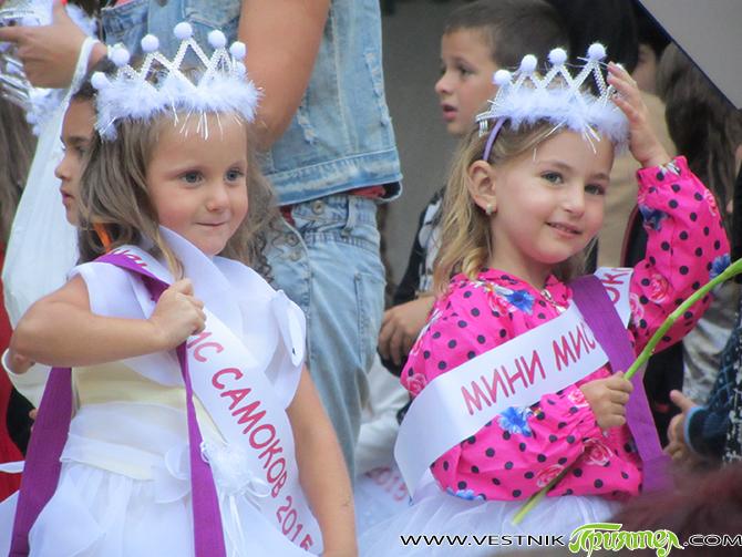 """Вечерта на 20 август централният площад """"Захарий Зограф"""" се превърна в сцена за дефилир на детската красота, чар и талант. 43 момчета и момичета показаха дарбите си на певци, танцьори […]"""