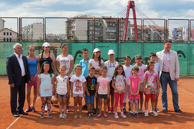 """16 момичета и 9 момчета участваха в традиционния тенис фест, състоял се на 19 август на кортовете в спортния комплекс срещу хотел """"Арена"""". Участниците бяха разделени в 4 възрастови групи, […]"""