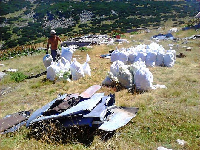 """В неделя – 6 септември, приключи 18-ото почистване на защитени територии, организирано от екологично сдружение """"За Земята"""", което """"олекоти"""" Рила с около 8 тона отпадъци, голяма част от които метални. […]"""
