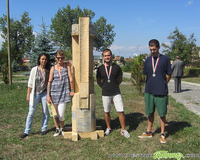 """Шест оригинални творби от дърво, дело на участниците в националния пленер по дървопластика, организиран от фондация """"Малък Зограф"""" и подкрепен от Общината, бяха поставени в началото на Туристическата градина. Това […]"""