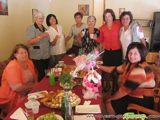 """В клуба на пенсионера в кв. """"Самоково"""" продължават традиционните сбирки за честване на рождени, имени дни и други празници. На 17 септемвриЛюбица Механджийска празнува тук имения си ден с приятелите […]"""