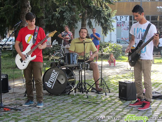 """Традиционните младежки инициативи под надслов """"Фамилатлон"""" и концертът """"Ритъмът на планината"""" се състояха в събота, на 19 септември, в центъра на града, пред Военния клуб /ДНА/. Топлото време позволи на […]"""