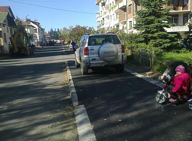 """Писмо с този въпрос, отнасящ се до паркирането на автомобили на тротоара на току-що асфалтираната улица """"Христо Йовевич"""" /от """"Езерото"""" до """"Енергото"""" и """"ВиК""""/, изпрати съгражданката ни Цветелина Янева във […]"""
