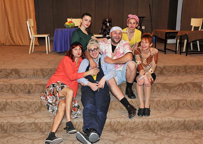 """Театър """"Веселушко"""" към читалище """"Любословие-2009"""" представи на 29 ноември в Младежкия дом ситуационната комедия """"Здравейте, аз съм ваш`та мама"""" на съвременния популярен руски комедиограф Сергей Белов. Драматургичният материал наистина е […]"""