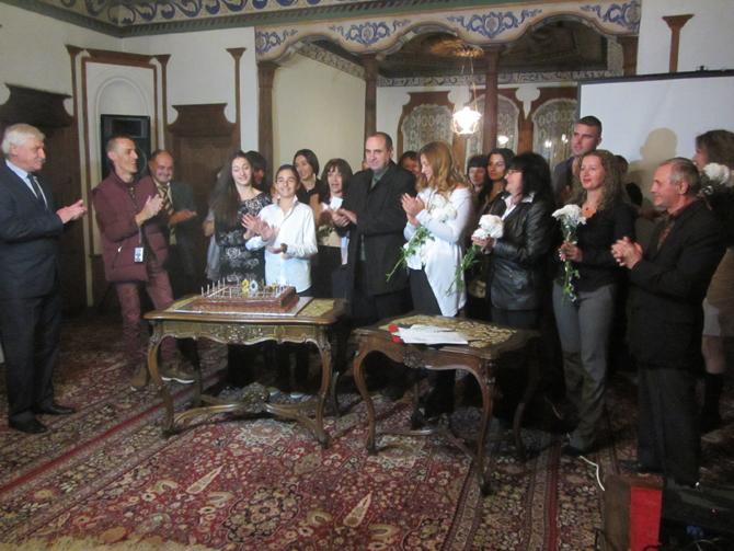 """Празнично настроение събра много хора в Сарафската къща вечерта на 26 ноември. Поводът бе 20-годишният юбилей на телевизионния канал """"Рила"""". Тук бяха първопроходците, работещите в медията журналисти и технически персонал, […]"""