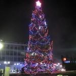 Днес палят светлините на елхата на площада, ледената пързалката започва работа