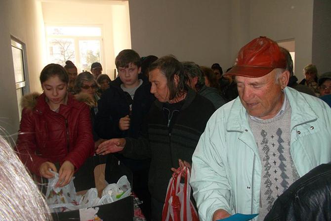 """Група ученици от ОУ """"Христо Максимов"""" дариха на нашия съгражданин твореца Георги Маков цял набор от лакомства по случай Коледа и Нова година. Г-н Маков пък се реваншира, като предаде […]"""