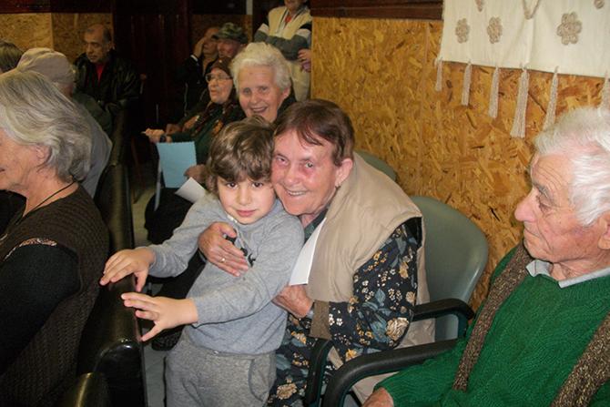 """Под надслов """"Подари усмивка"""" дечица от ОДЗ """"Зорница"""" изработват подаръци за свои връстници, учители и родители. Възпитаниците на подготвителната група пък гостуваха на Дома за стари хора. Те развълнуваха домуващите […]"""