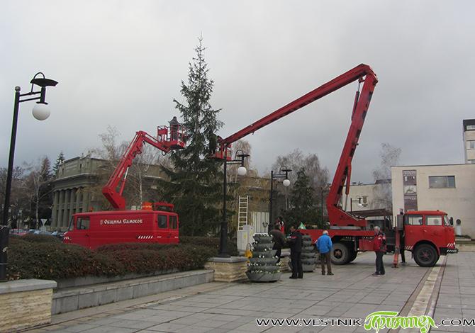 """Светлините на коледната елха на централния площад """"Захарий Зограф"""" ще бъдат запалени днес, петък, 4 декември, на тържество, което ще започне в 17,30 ч. Ако климатичните условия позволят, тогава ще […]"""