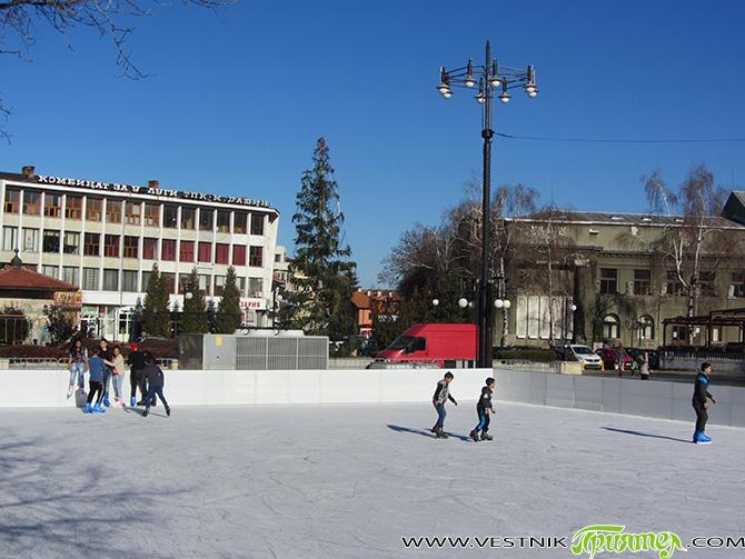 Ледената площадка на площада започна работа. Цените за ползването й и за наем на кънки не са променяни. За ученически групи има преференции. х х х За намаляване на бедността […]