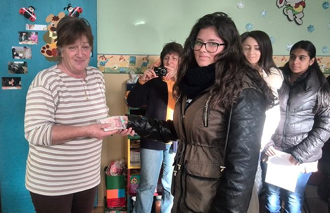 Учениците от Професионалната гимназия по туризъм участваха с желание в коледния базар, организиран от Общината. Всички приготвени коледни сладки, меденки, кексчета и торти бяха продадени. Събраните средства – 230 лв., […]