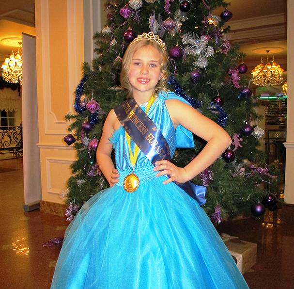 """8-годишната самоковка Виктория Шукейн триумфира с най-високата награда на международния фестивал за таланти, мода и красота """"Принц и принцеса на вселената"""", състоял се навръх Нова година в Москва, съобщи за […]"""