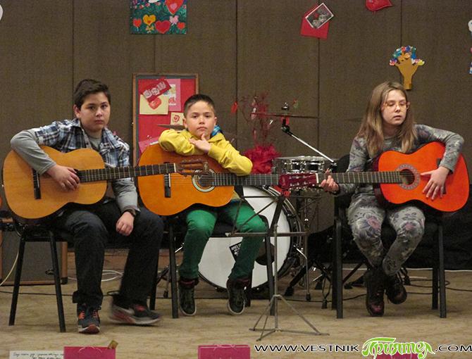 """На традиционния концерт на китарен ансамбъл """"Акустика"""", състоял се на 15 февруари и посветен на Деня на влюбените и Трифон Зарезан, бяха връчени и наградите от конкурса """"С една валентинка […]"""