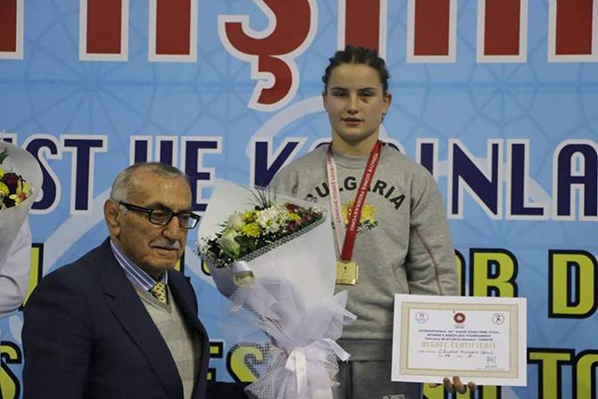"""Състезателката на """"Рилски спортист-2000"""" Биляна Дудова затвърди впечатляващата си спортна форма в началото на годината със златен медал на силния международен турнир """"Яшар Догу"""" в Истанбул. В хода на надпреварата […]"""