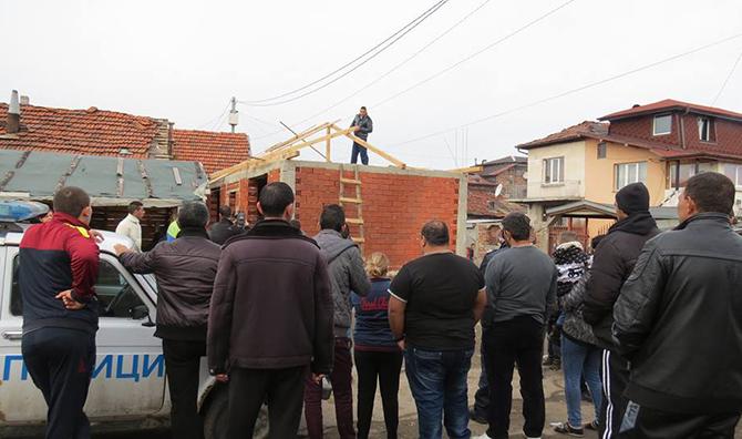 Самите собственици започнаха на 16 февруари събарянето на две свои незаконни постройки в ромския квартал. В противен случай, съгласно заповед на кмета, трябваше да се пристъпи към принудително събаряне на […]