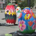 Младежи боядисаха огромни великденски яйца