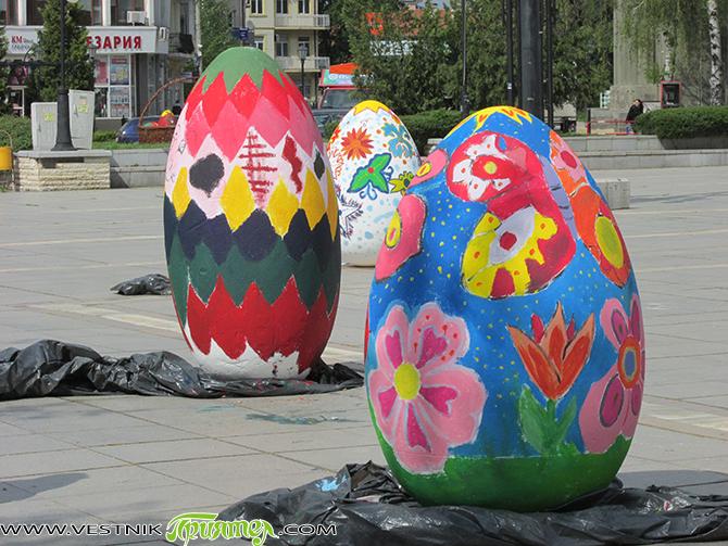 """Големи колкото човешки бой великденски яйца от стиропор боядисаха на централния площад """"Захарий Зограф"""" на 20 април ученици от Самоков и Говедарци, участници в школите по рисуване """"Зографче"""" с ръководител […]"""