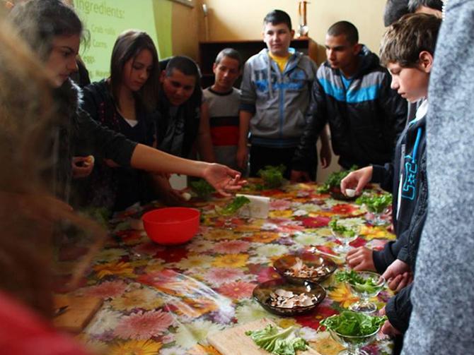 """В СОУ """"Отец Паисий"""" на 23 април за първи път се състоя фестивал на англо-американската култура. Около 100 младежи от различни градове подкрепиха инициативата на самоковските средношколци, осъществена с голямата […]"""