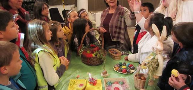 """Картички и боядисани с естествени бои великденски яйца – с разтвор от коприва, червен лук, цвекло, куркума, джинджифил и пр., дариха на 27 април членовете на клуб """"Аз мога"""" с […]"""
