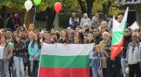 """Стотици самоковци /голяма част от които млади хора/ се обявиха срещу настаняването на мигранти в града и цялата територия на общината на митинг на 9 октомври на централния площад """"Захарий […]"""