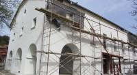 """Храмът """"Св. Архангел Михаил"""" в Поповяне се ремонтира. След покрива се обновява външната фасада на черквата и настилката пред култовата сграда. Строителите бързат и се надпреварват с времето, за да […]"""