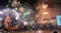 """Със запомнящо се тържество на централния площад """"Захарий Зограф"""" на 2 декември бяха тържествено запалени светлините на голямата коледна елха. Истинска атракция бе самото запалване, последвано от многобройни фойерверки. Преди […]"""
