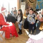 Дядо Коледа зарадва първолаци в библиотеката