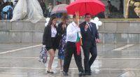 """Силният дъжд прекрати планираното тържествено общоградско изпращане на абитуриентите от випуск 2017 за бала им в Боровец. Програмата на средните училища на централния площад """"Захарий Зограф"""" все пак започна, но […]"""