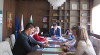 Студенти от Нов български университет и техни преподаватели се срещнаха с кмета Владимир Георгиев във връзка с формирането на идеи за рекламни политики на общината като привлекателна туристическа дестинация. Визитата […]