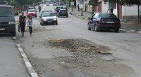 """Тези две големи дупки от доста време дебнат жертви – шофьори и пътници, на ул. """"Ихтиманско шосе"""", малко под клуба на Първи квартал. Водачите на автомобили са принудени да намаляват […]"""