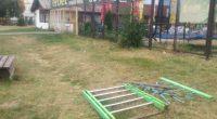 """Неизвестни злосторници са разбили едно от детските съоръжения край Спортния комплекс срещу хотел """"Арена"""" в двора на Спортното училище. Злодеянието е станало в последните дни. Едва ли някога ще се […]"""