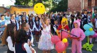 """Чудесен празник сътвориха учениците от ОУ """"Христо Максимов"""" на самия 15 септември.Представена бе разнообразна програма от песни, стихотворения и весели сценки от училищния живот и от първия учебен ден, сърцато […]"""