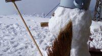 Служителите от Метеорологичната станция на балканския първенец вече си направиха първия снежен човек за новия сезон. Снежният човек е с метла в ръката и тенджера вместо шапка на главата. Втори […]